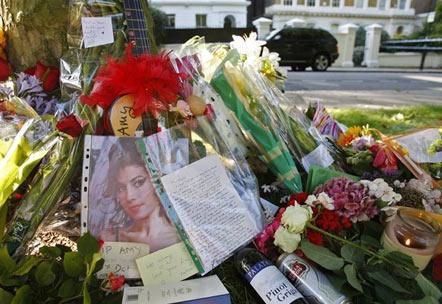 К дому певицы несут цветы и открытки. Фото: Reuters