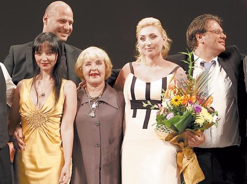 Жюри фестиваля довольно проделанной работой (на фото слева направо): Мария де Медейруш, Ада Роговцева, Виктория Тигипко, Валерий Тодоровский.