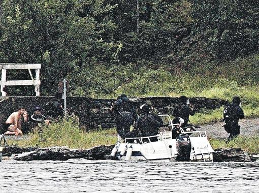 Норвежский спецназ высаживается на остров, где Брейвик хладнокровно расстреливал детей.