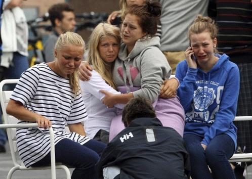 Сумевшие спрятаться под кустами и за камнями подростки слали родителям и друзьям отчаянные сообщения, просили спасти их, писали об убитых и раненых товарищах