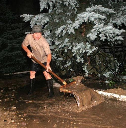 Люди лопатами вычерпывали воду. Фото: ostro.org.
