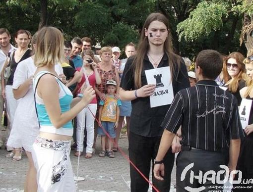 Нужно было прийти в белой или черной одежде. Фото: news.nado.ua.