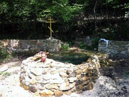 В Twittere Анастасия выложила фото, где она купается в одном из святых источников.