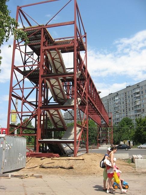 Строители соорудили остов будущего надземного перехода