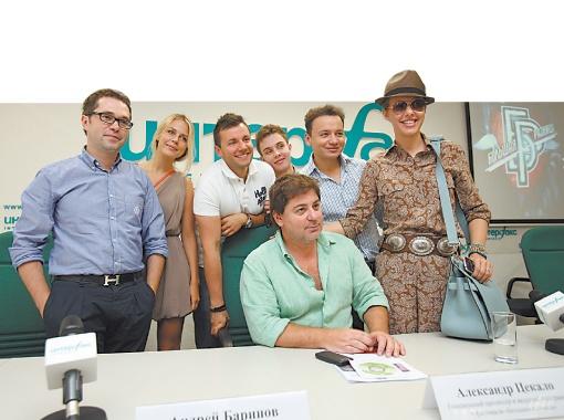 Руслан Сорокин (слева), Александр Цекало, Ксения Собчак (справа) и другие участники фестиваля