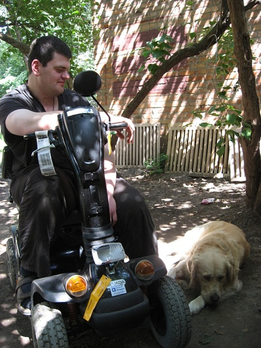 Прилетевший из Германии в Харьков инвалид с собакой-поводырем не смог поселиться ни в один отель.