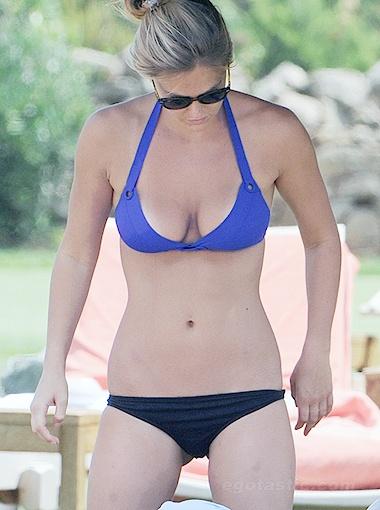 Красотка Рафаэли хороша как спереди... Фото egotastic.com.