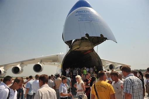 Все желающие могли погулять по борту самолета. Фото: КП и пресс-службы Донецкого горсовета.