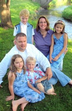 Юля (крайняя справа) со своими приемными родителями, братьями и сестрой. Фото из блога Лизы Харман.