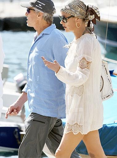 В Портофино Кэтрин разгуливала по улицам в белом кружевном платьице. Фото Splash/All Over Press.