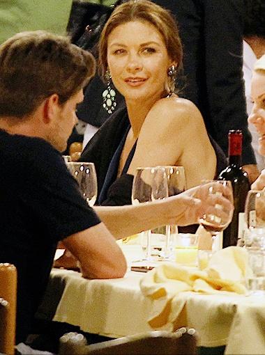 Тем же вечером в ресторане актриса продемонстрировала роскошный загар. Фото Splash/All Over Press.