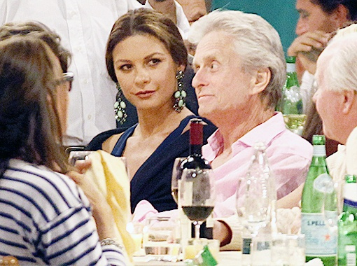 Кэтрин Зета-Джонс ужинала в обществе своего супруга. Фото Splash/All Over Press.