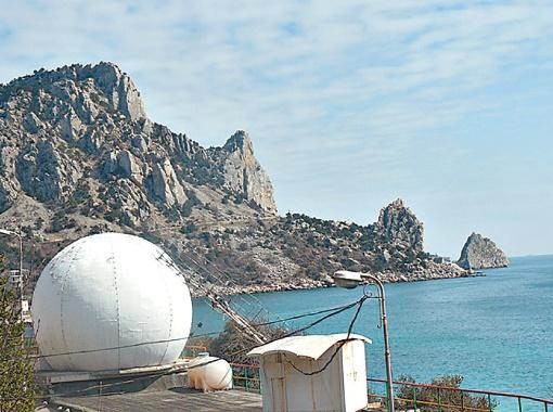 С помощью таких радиотелескопов, а в Кацивели их три, мы исследуем вспышки на Солнце.