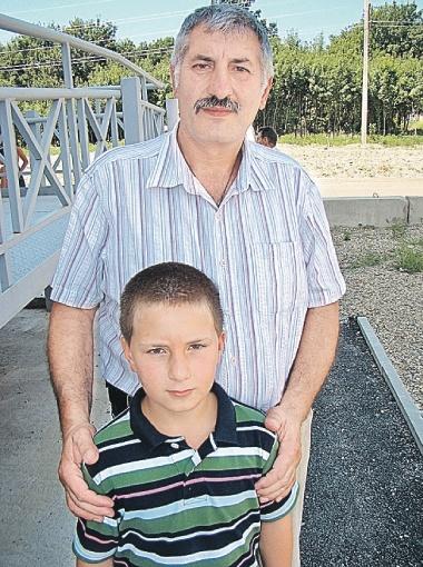 Герой-спаситель Данил Погосян с отцом. Родители теперь очень гордятся парнем.