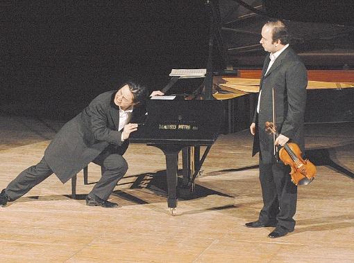 На II Международном фестивале пародий выступит необычный и эпатажный дуэт Igudesman & Joo. Его участники - скрипач-виртуоз Алексей Игудесман и пианист Ричард Джу.
