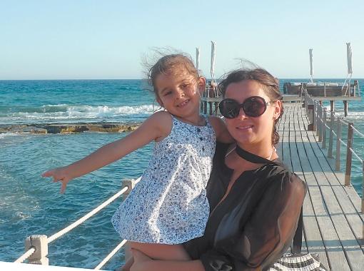 Певица отдыхала на Кипре с дочкой.