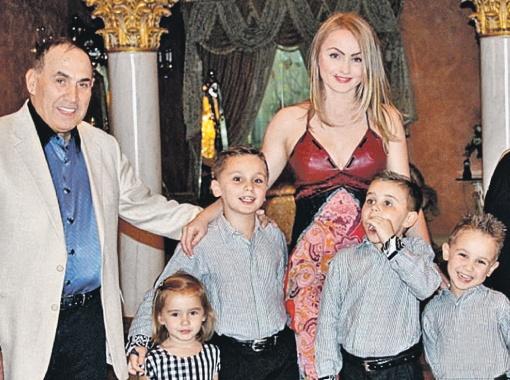 Екатерина родила мужу четверых детей: 11-летнего Кинга, 10-летнего Рояла, 9-летнего Суди-хана и 6-летнюю Принцессу. Именно так, в честь детей, названы конференц-залы в гостинице