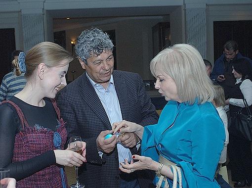 С супругой Нелли (справа) всегда участвует в традиционном пасхальном турнире