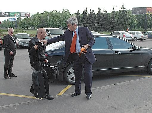 К автомобилям Луческу абсолютно равнодушен, предпочитая служебную машину. Мистер передвигается по городу на  черном
