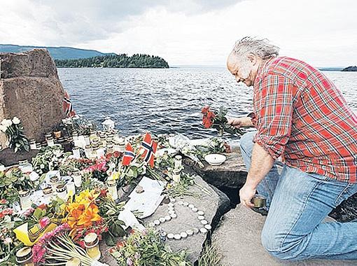 Люди возлагают цветы в память жертв на злосчастном острове. И менять свое отношение к иммигрантам не собираются. Фото REUTERS.
