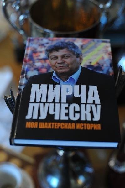 Мистеру был вручен сигнальный экземпляр его книги. Фото: shakhtar.com