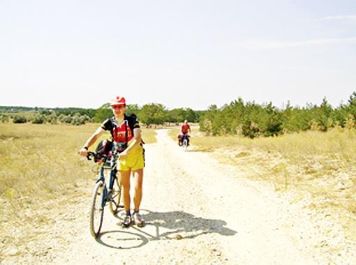 Велосипедисты устраивают пробеги в песках.