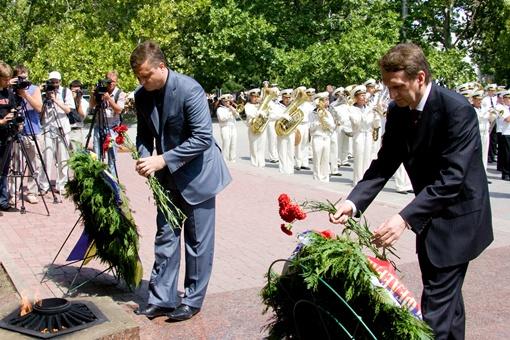 Нарышкин и Левочкин возложили цветы к Вечному огню на площади Нахимова