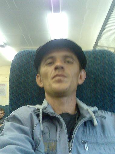 Алексей Коротенко сбежал от работодателя без денег и документов, а теперь надеется вытащить друзей по несчастью.