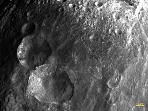 Зонд нашел на астероиде снеговика. Фото NASA.