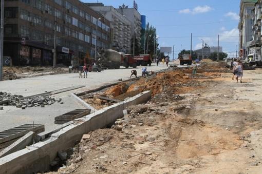 Сейчас строители начали укладку тротуаров. Фото: www.62.ua.