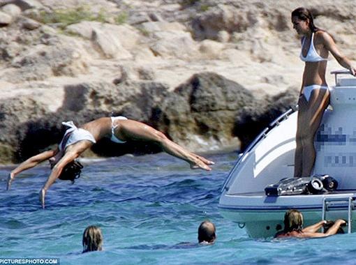 Два года назад папарацци сфотографировали сестричек Миддлтон во время отдыха на яхте. Фото Daily Mail.