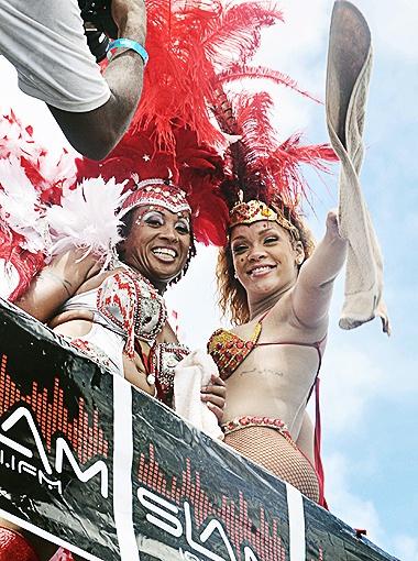 Наряженная в эпатажный костюм певица приветствовала толпу. Фото Splash/All Over Press.