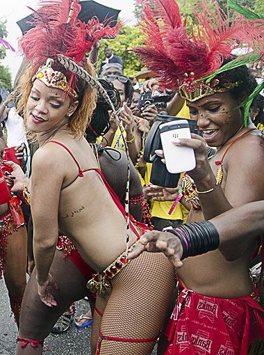 Певица устроила горячие танцы с темнокожими танцорами...