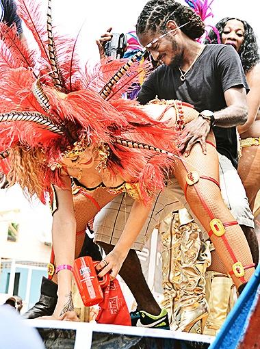 Парни были в восторге от Рианны. Фото Splash/All Over Press.
