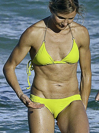 Интенсивные занятия спортом сказались на фигуре звезды: мускулистые руки и рельефные мышцы живота делают её похожей на атлета, а не на голливудскую диву. Фото Daily Mail.