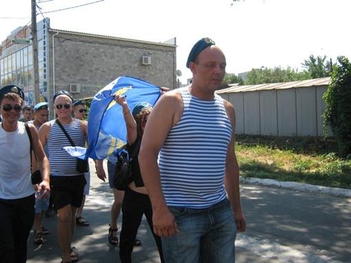 Мариупольские десантники решили отметить день ВДВ праздничным шествием. Фото: 0629.