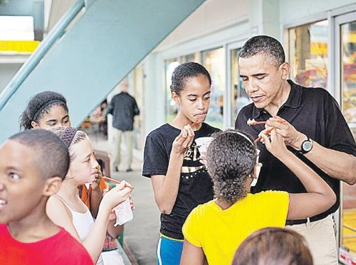 Обама ни от чего не отказывается, но и сам старается есть экологически чистое, и детей тому же учит.
