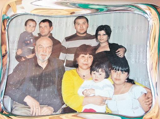 Алексей Петренко с женой Азимой и дочкой Алей. Рядом - средняя дочь Зарифа. На заднем плане (слева направо): зять Азимы Олег с сыном Русланом и ее старшие дети - Давран и Зарина.