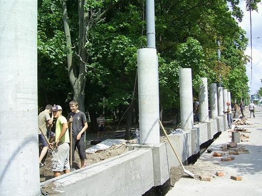 Со стороны ул. Сумской полным ходом идет работа - возводят бетонную конструкцию.
