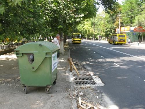 Новенькие мусорные контейнеры пока не спасли Симферополь от стихийных свалок фото