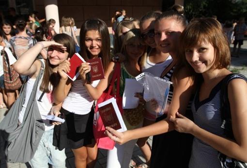 После регистрации и тренировок хореографы отберут в команду 400 танцоров. Фото: www.62.ua.