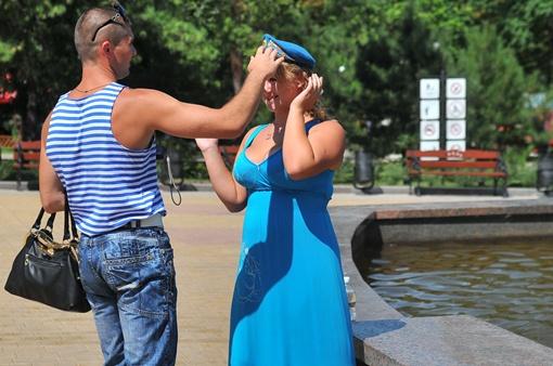 Синее платье есть, получите беретик. Фото: Константин Буновский.