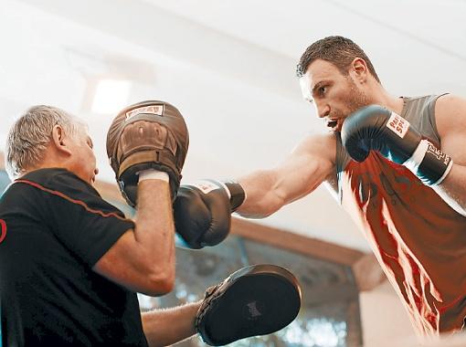 Виталий отрабатывает удары с Фрицем Здунеком. Фото пресс-службы Фонда братьев Кличко.