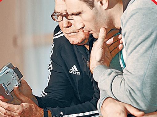 Чемпион просматривает с тренером фрагменты поединков Томаша Адамека.