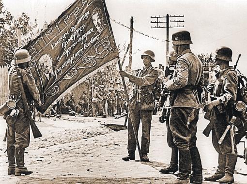 Немецкие солдаты у знамени, захваченного в качестве трофея.