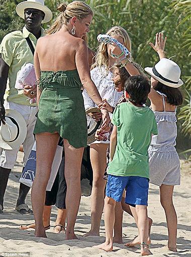 В Сен-Тропе манекенщица устроила прогулку для своей дочки и её подружек. Фото Daily Mail.