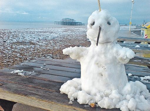 Снеговик на английском побережье скоро станет привычным. В июле снег выпал в австрийском Зальцбурге, во Франции...