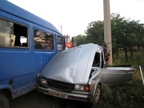 Водитель микроавтобуса с переломами и многочисленными ушибами был доставлен в больницу. Фото: пресс-служба УГАИ УМВДУ в Луганской области.
