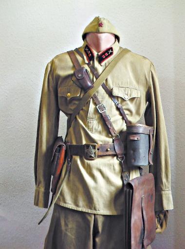 Полевая форма лейтенанта артиллерии Красной армии времен начала Великой Отечественной.