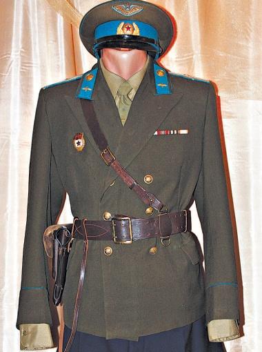 Первый открытый двубортный китель в советских войсках. Его носили офицеры авиации (конец 1940-х годов).